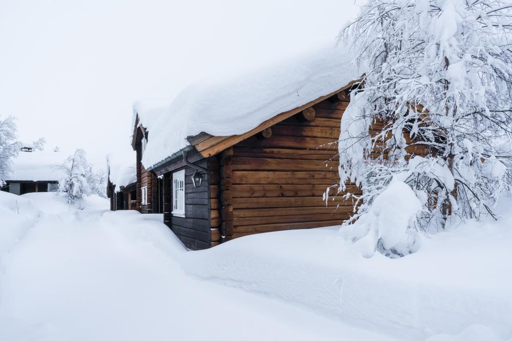 Moderne fjellhytte i vinterlandskap. FOTO: Shutterstock